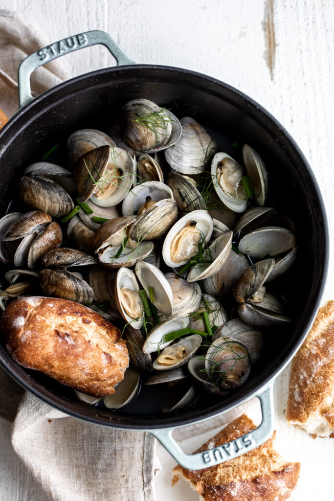 simple beer steamed clams with crusty bread